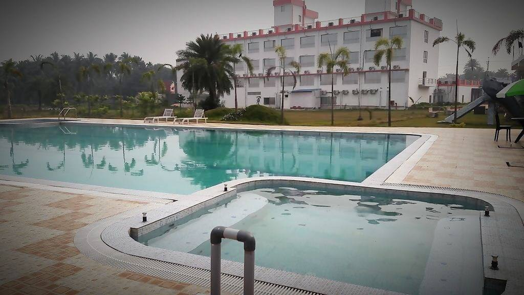 Resort near diamond harbour nomadic weekends book now for Swimming pool and jacuzzi near me